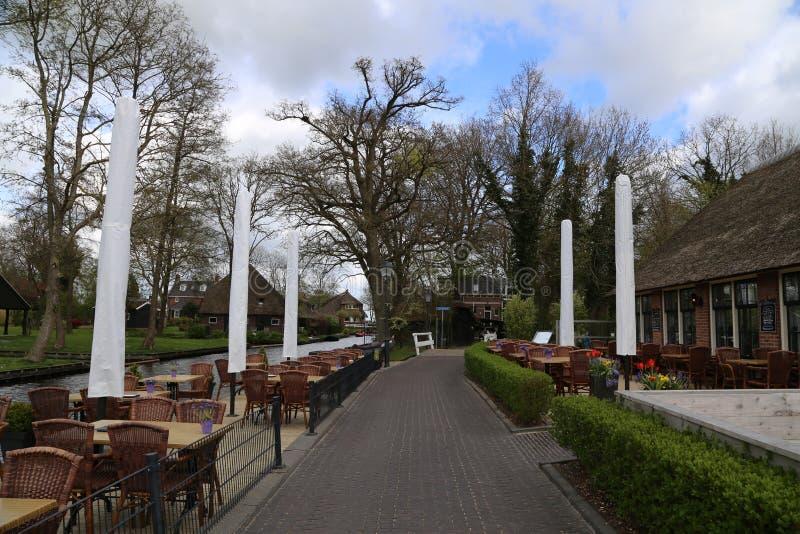 Die NIEDERLANDE - 13. April: Wässern Sie Dorf in Giethoorn, die Niederlande am 13. April 2017 lizenzfreie stockbilder
