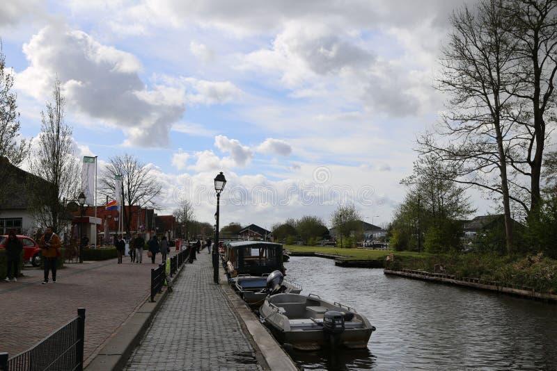 Die NIEDERLANDE - 13. April: Wässern Sie Dorf in Giethoorn, die Niederlande am 13. April 2017 lizenzfreie stockfotos