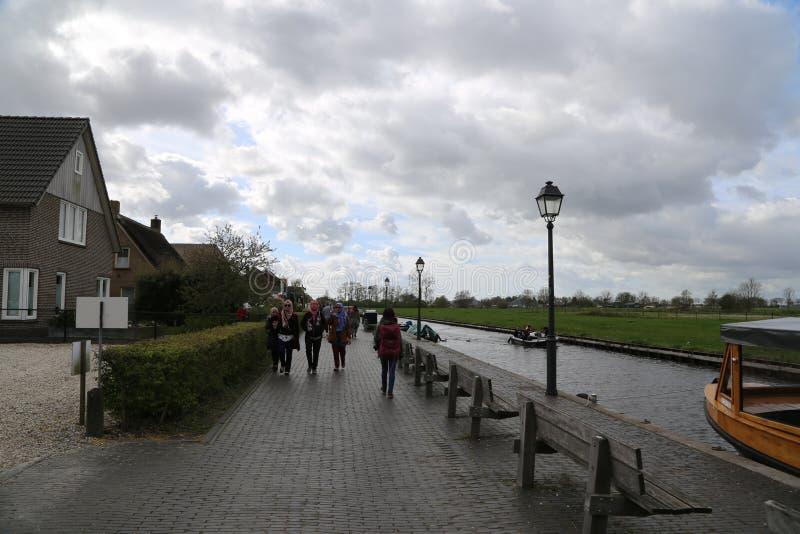 Die NIEDERLANDE - 13. April: Wässern Sie Dorf in Giethoorn, die Niederlande am 13. April 2017 stockfotografie
