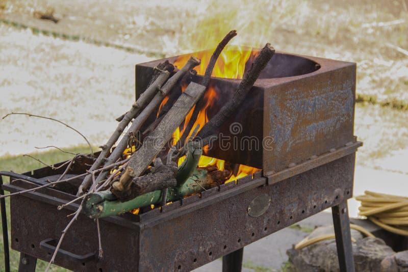 Die Niederlassungen brennen im Grill Das Feuer im Grill Kochen auf Holzkohle lizenzfreie stockbilder
