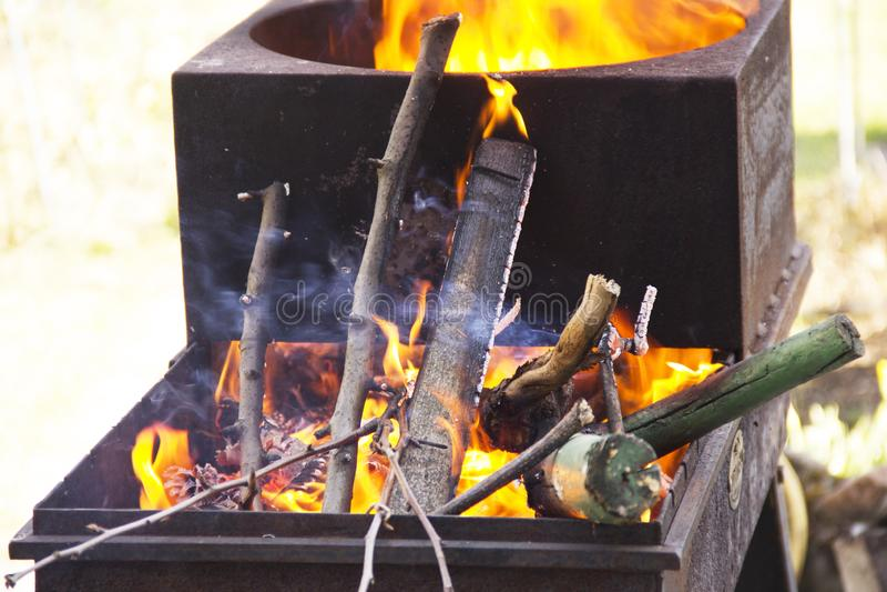 Die Niederlassungen brennen im Grill Das Feuer im Grill Kochen auf Holzkohle stockfotografie