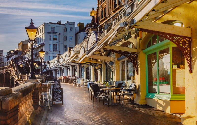Die niedrige Nachmittagssonne belichtet die Cafés und die Restaurants entlang dem Westklippensäulengang auf ruhigen aber sonnigen stockfotos