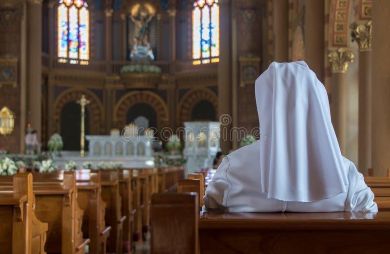 Die Nonne sitzt in der Kirche stockfoto
