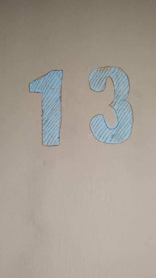 Die Nr. 13 gemalt mit blauer Farbe auf einem rosa Hintergrund Symbol Nahaufnahme vektor abbildung
