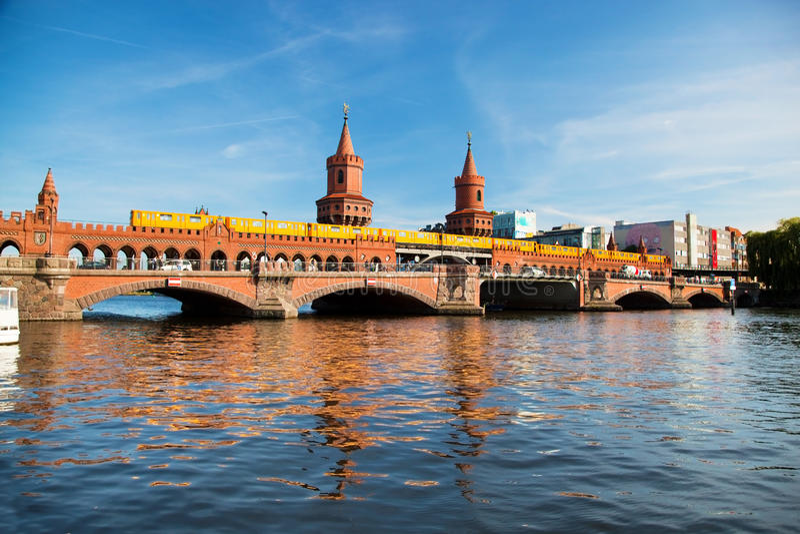 Die Oberbaum-Brücke in Berlin, Deutschland stockbild