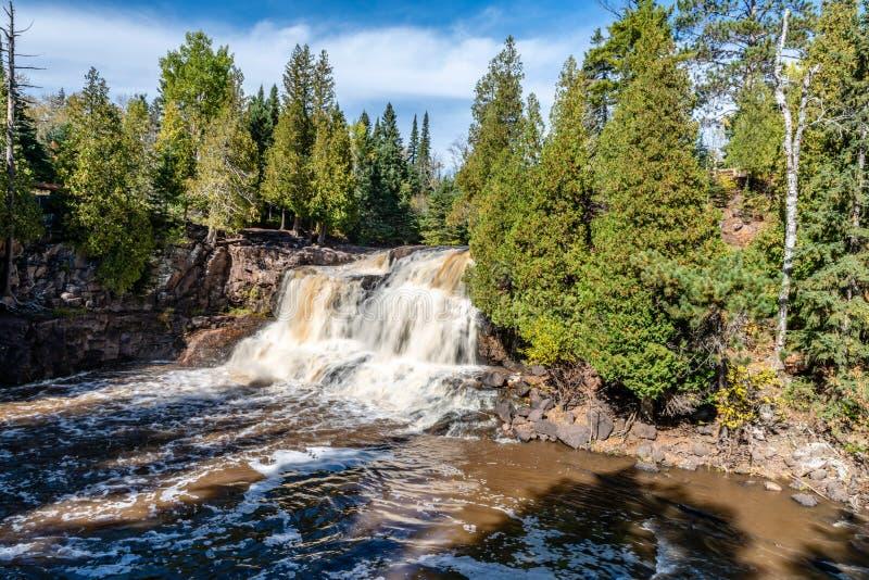 Die oberen Stachelbeerfälle tauchen von den Wäldern von nordöstlichem Minnesota auf lizenzfreie stockfotografie
