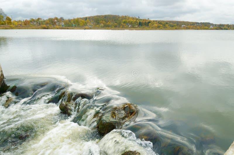 Die Oberfläche von einem großen See lizenzfreies stockbild