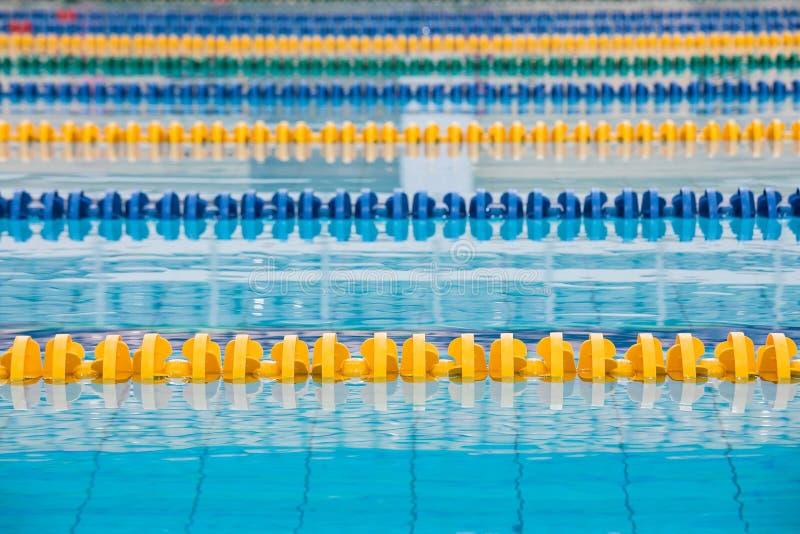 Die Oberfl?che des Pools mit blauem Wasser stockfoto