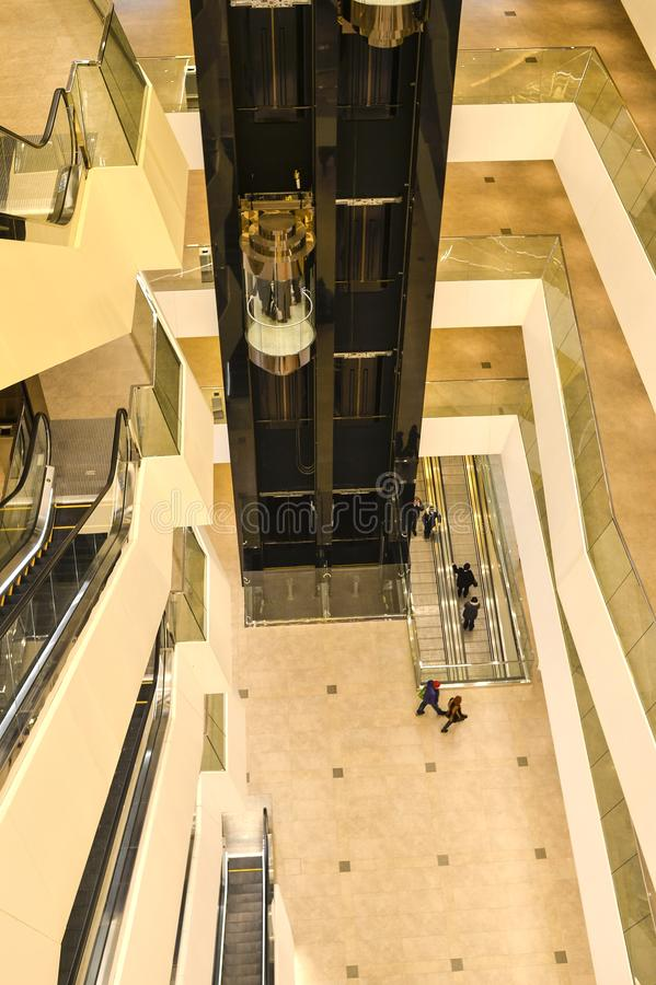 Die obersten Stockwerke innerhalb der Einkaufszentrumgalerie der Stadt von Minsk, Weißrussland, im Februar 2017 blurry stockfotografie