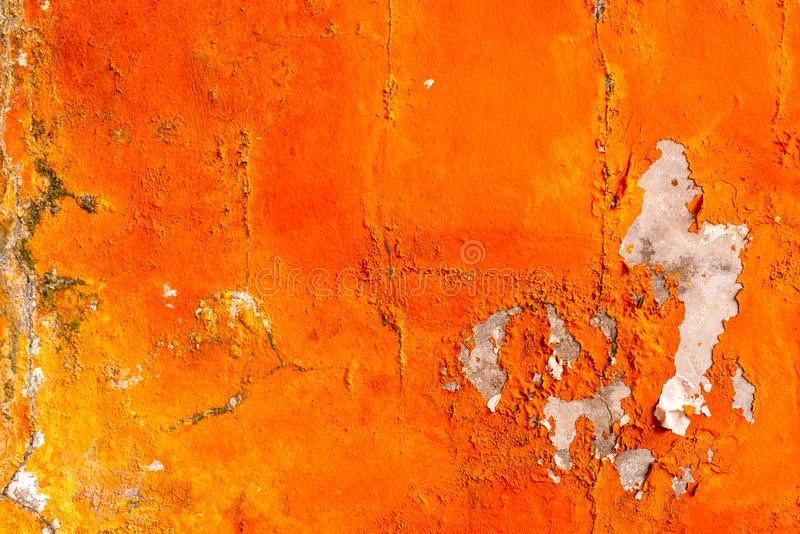 Die orange Farbe, die auf Betonmauer gemalt wird, ziehen ab Alter und schmutziger Wandbeschaffenheitshintergrund stockbild