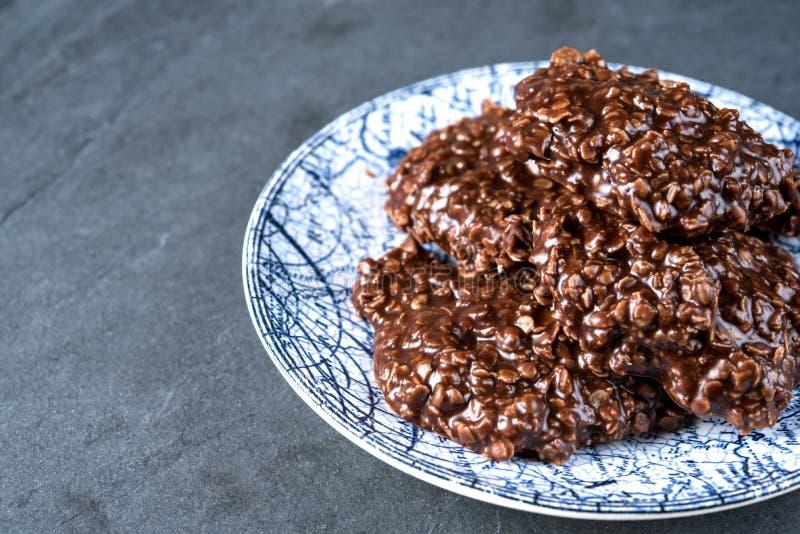 Die organische, die Erdnussbutter u. Schokolade keine sind, backen Plätzchen auf einem Steinschneidebrett lizenzfreie stockbilder