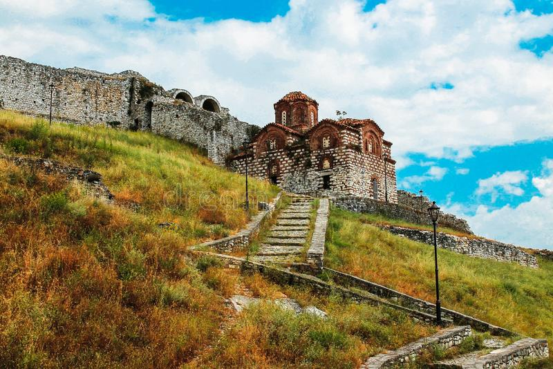 Die orthodoxe Kirche der heiligen Dreifaltigkeit in Kala, unfortlos über Berat über Albanien stockfotos