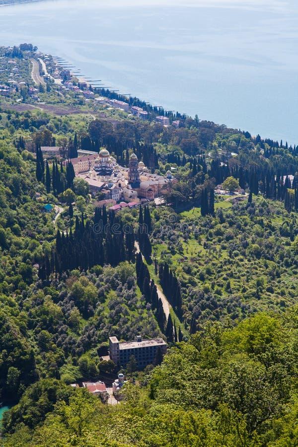 Die orthodoxe Kirche mitten in dem Wald stockfoto