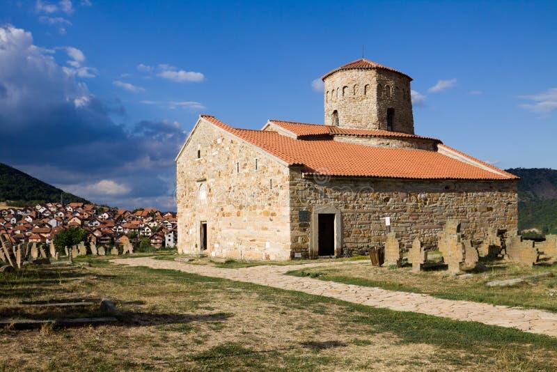Die orthodoxen des Peters Kirche nahe Stadt Novi Pazar in Serbien lizenzfreies stockfoto