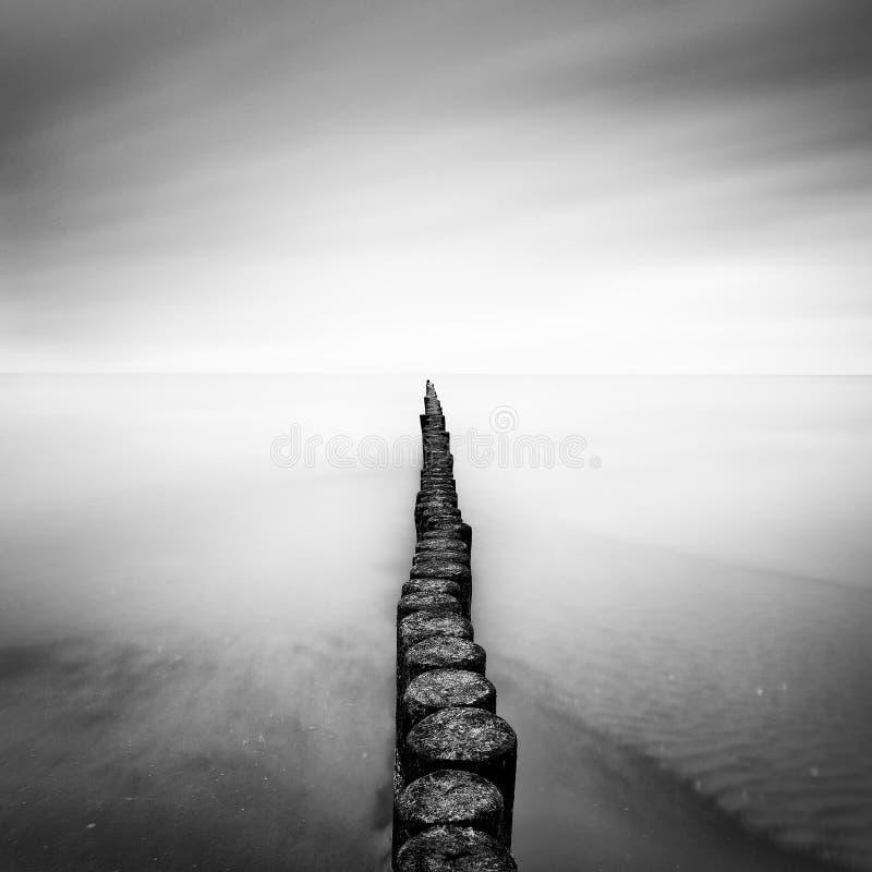 Die Ostseeküste mit Pier während des regnerischen Tages, Usedom, Deutschland stockfotos