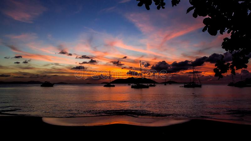 Die ` Ozean-Traum ` Jungferninseln-Sonnenuntergang-Landschaft lizenzfreie stockbilder