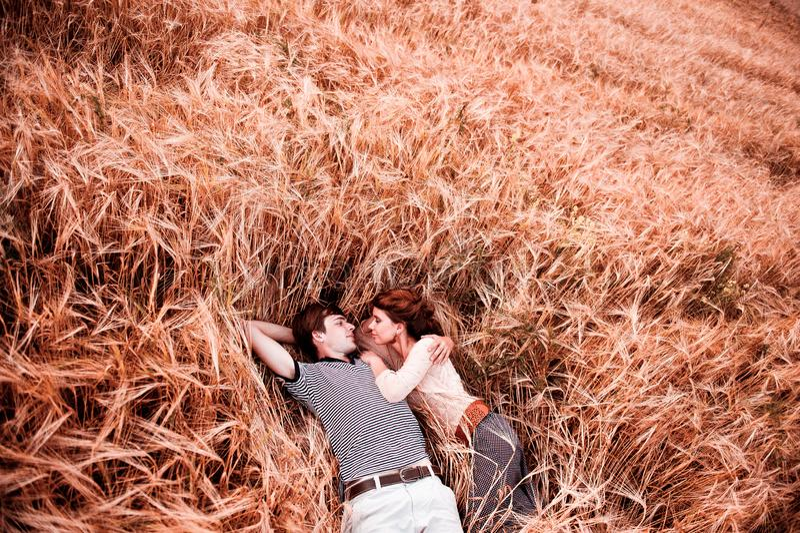 Die Paare - Mann und Mädchen liegt auf dem Roggenfeld lizenzfreie stockfotografie