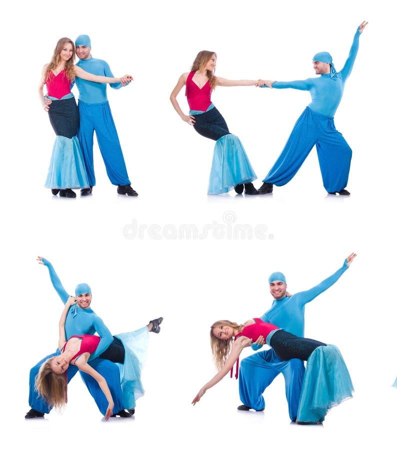 Die Paare von den Tänzern, die den modernen Tanz lokalisiert auf Weiß tanzen lizenzfreie stockfotos