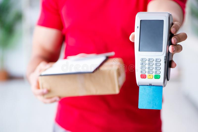 Die Paketlieferung, die mit Position und Kreditkarte gezahlt wird stockbilder