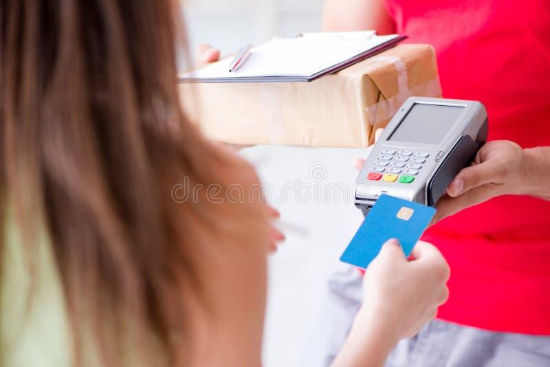 Die Paketlieferung, die mit Position und Kreditkarte gezahlt wird stockbild