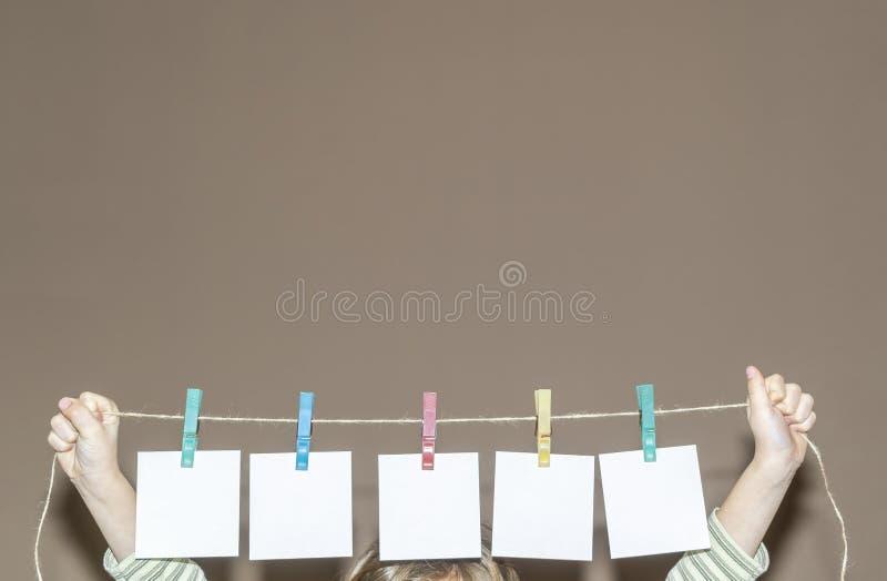 Die Papiere werden an Clip gehangen stockfoto