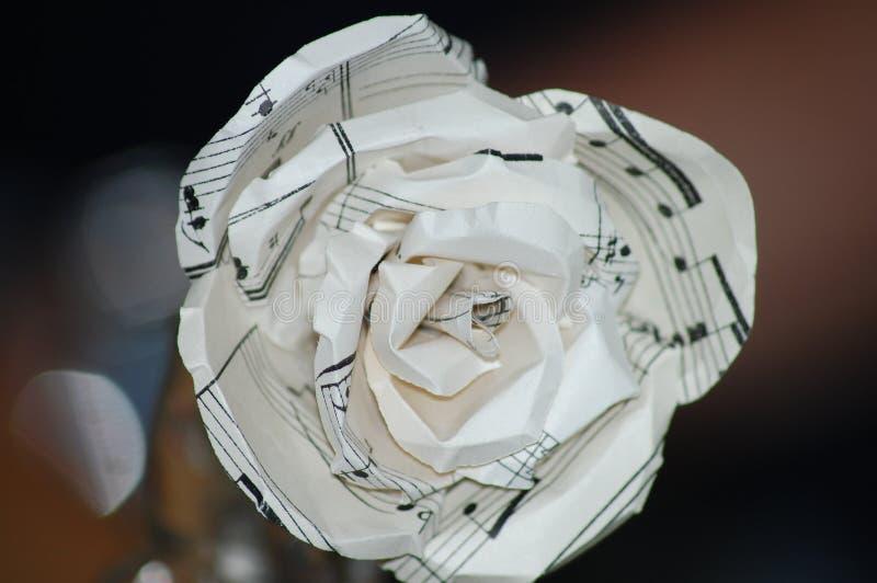 Die Papierrose, die aus Musik heraus gemacht wird, merkt Blatt lizenzfreie stockfotos