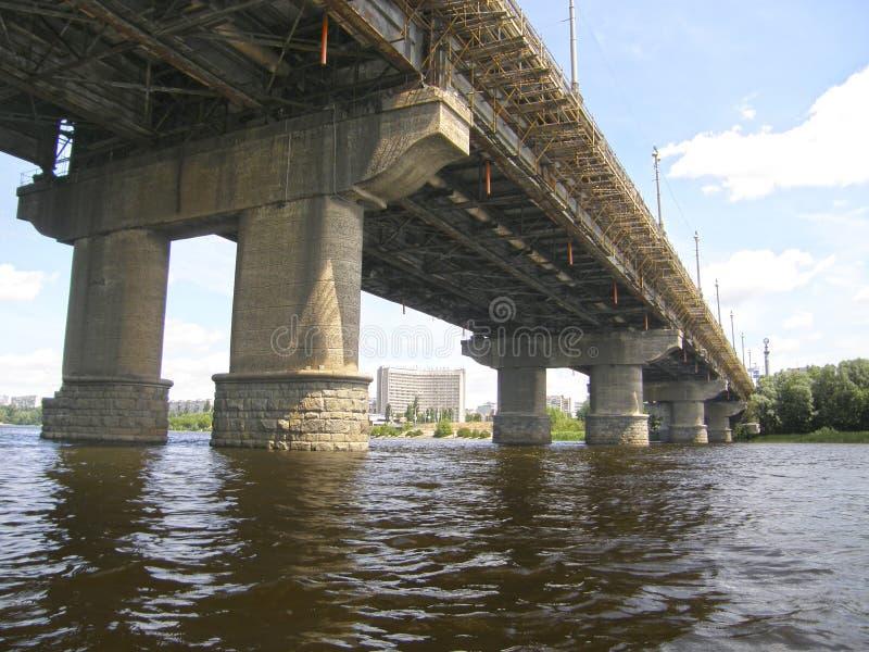 Die Paton-Brücke und der Dnieper-Fluss kiew lizenzfreies stockfoto