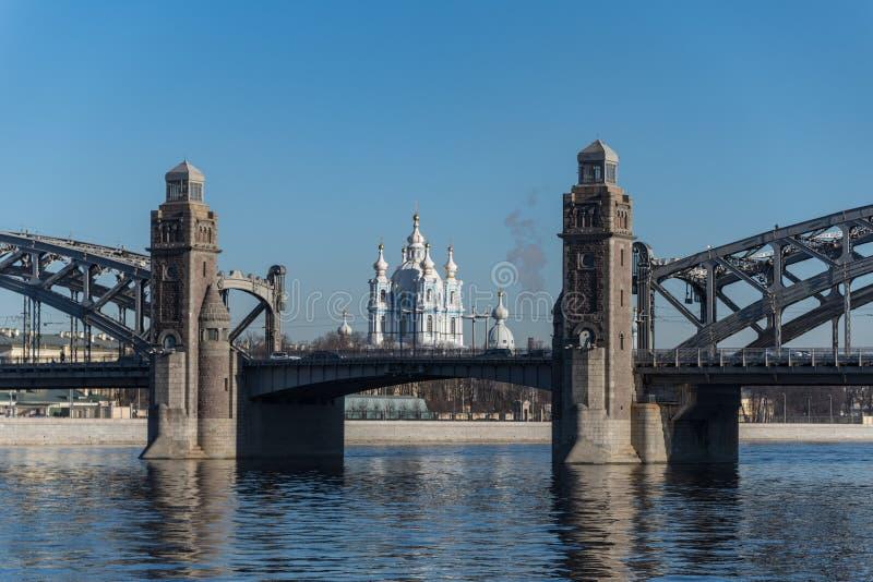 Die Peter der Große-Brücke vor dem hintergrund der Smolny-Kathedrale St Petersburg lizenzfreie stockfotografie