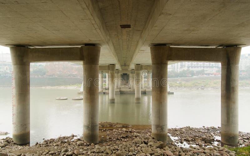 Die Piers einer Brücke stockfotografie