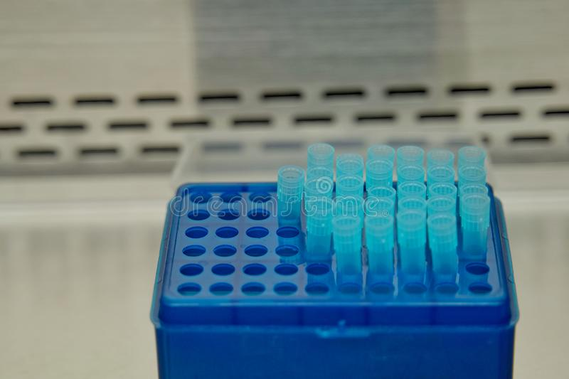 Die Pipettentipps im Labor Der Forscher, der diese Ausrüstung verwendet, um die Forschung von Drogen oder von Chemikalien im Labo lizenzfreie stockfotografie