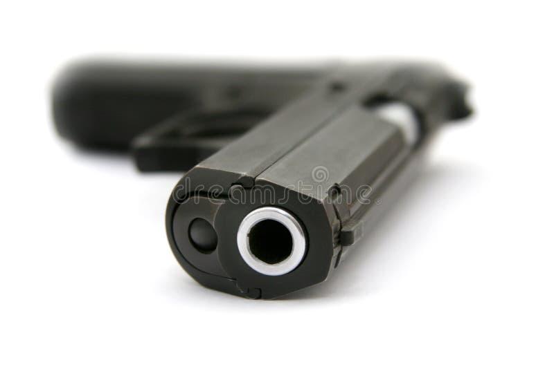 Die Pistole, die auf eine Tabelle legt lizenzfreies stockfoto