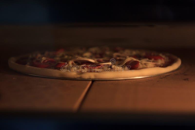 Die Pizza im Ofen lizenzfreies stockbild