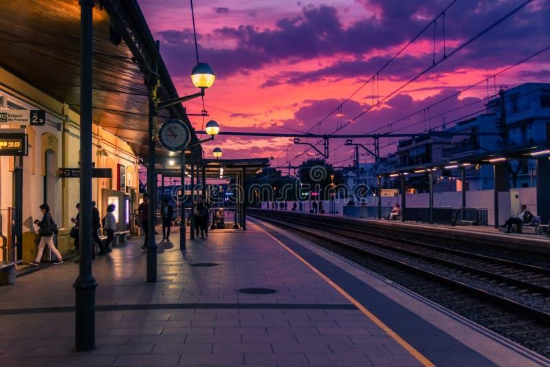 Die Plattform des Bahnhofs, Ansicht von Schienen in der Sonnenuntergangzeit stockbild