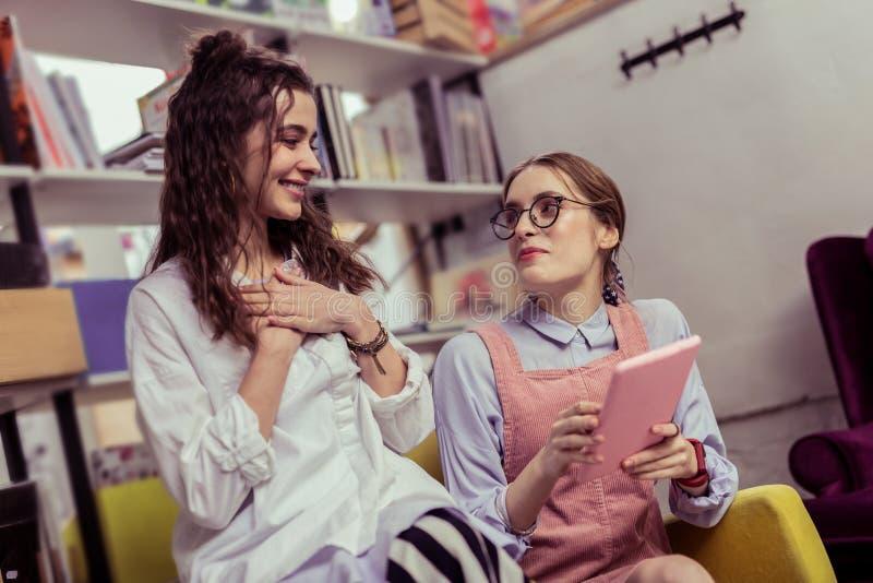Die positiven Damen appellieren, die angenehmes annehmbares Gespräch haben lizenzfreie stockfotografie