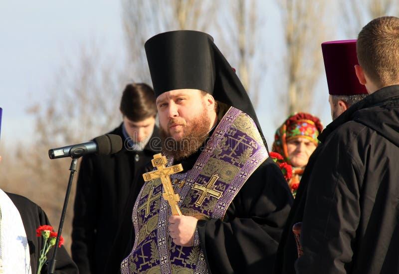Die Priester der orthodoxen Kirche liest das Gebet lizenzfreie stockfotografie