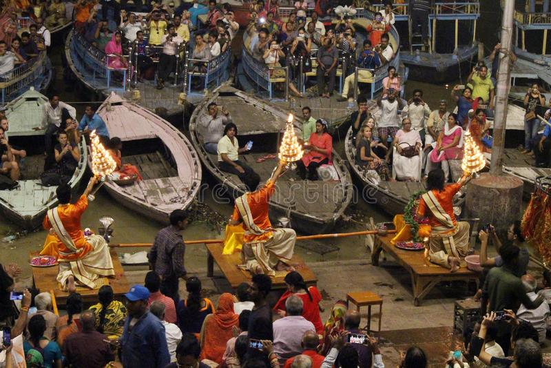 Die Priester tanzen mit dem Feuer und tun das Ritual in Varanasi lizenzfreie stockfotos