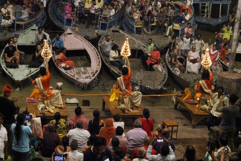 Die Priester tanzen mit dem Feuer und tun das Ritual in Varanasi lizenzfreies stockfoto