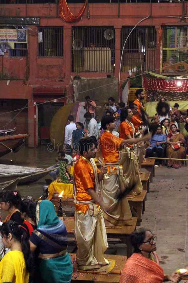 Die Priester tanzen mit dem Feuer und tun das Ritual in Varanasi stockbilder