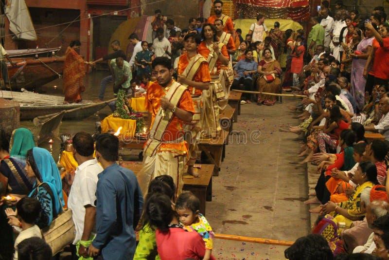 Die Priester tanzen mit dem Feuer und tun das Ritual in Varanasi stockfoto