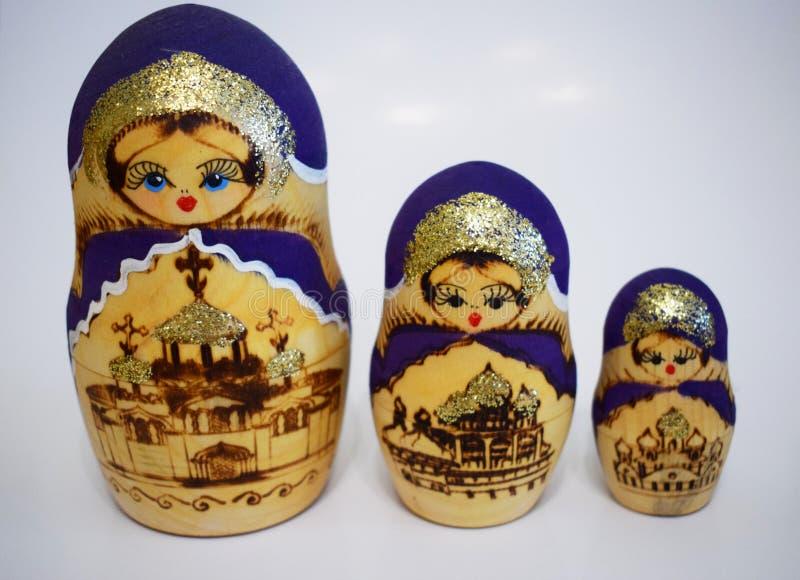 Die Puppe ist eine populäre russische Andenken lizenzfreie stockfotos