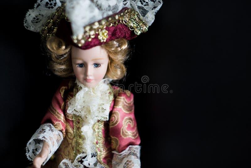 Die Puppe wird in einem Anzug Marquise mit einem gespannten Hut gekleidet stockfotografie