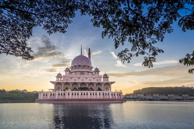 Die Putra-Moschee lizenzfreie stockbilder