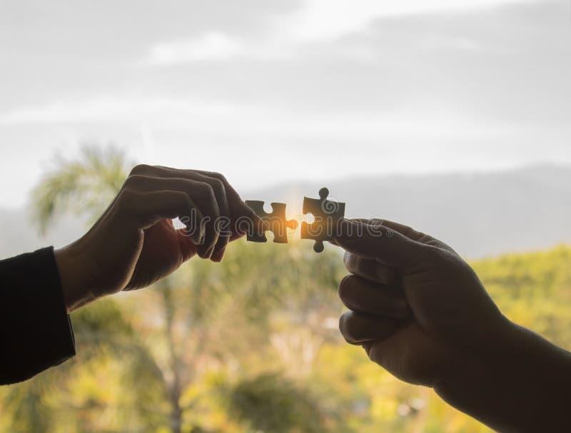 Die Puzzlespielstücke für das Lösen von geschäftlichen Problemen lizenzfreies stockfoto