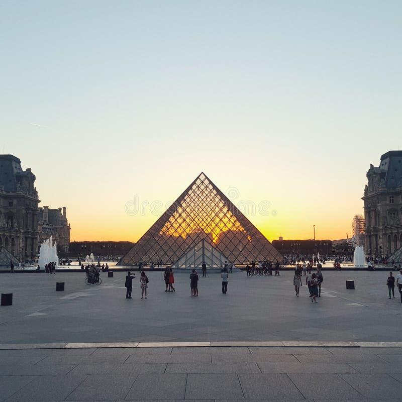 Die Pyramide des Louvre am Abend, Louvremuseum, Paris stockfotos