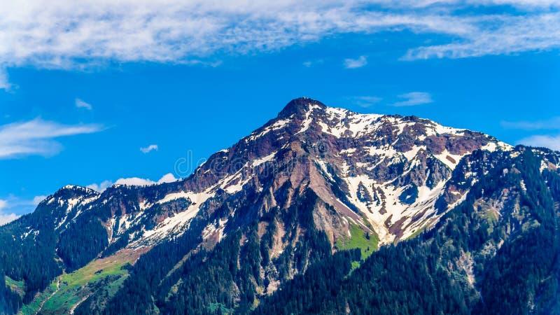 Die Pyramide formte schroffe Spitze von Cheam-Berg oder Cheam-Spitze, die über Fraser Valley des Britisch-Columbia hochragt stockfoto