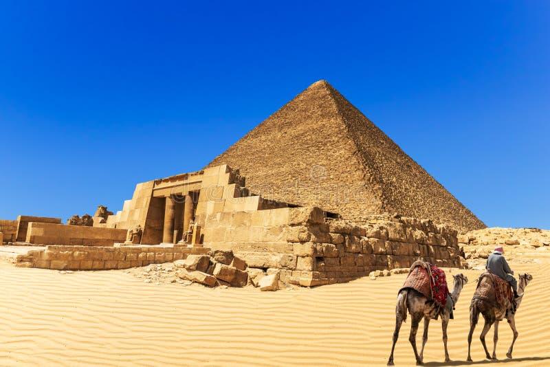 Die Pyramide von Cheops und von Mastaba von Seshemnefer IV, Giseh, Ägypten lizenzfreie stockfotos