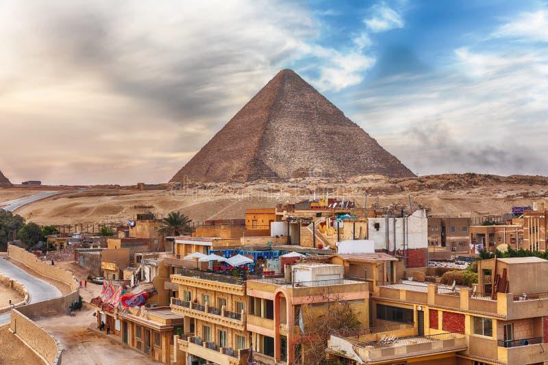 Die Pyramide von Stadt Cheops und Gisehs in der N?he, Kairo, ?gypten lizenzfreie stockfotografie