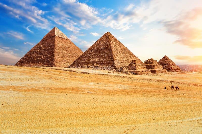 Die Pyramiden in der sonnigen Wüste von Giseh, Ägypten lizenzfreie stockfotos