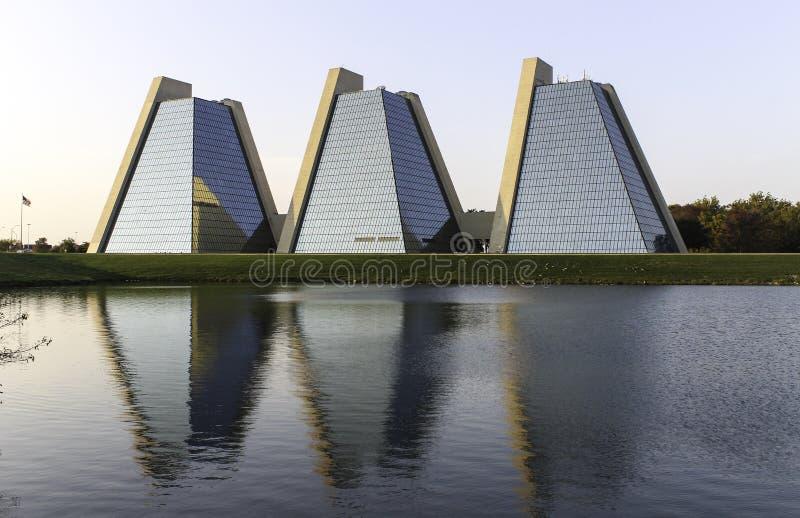 Die Pyramiden - modernes Bürogebäude lizenzfreies stockfoto