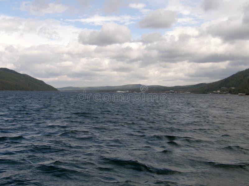 Die Quelle des Angara-Flusses lizenzfreies stockbild
